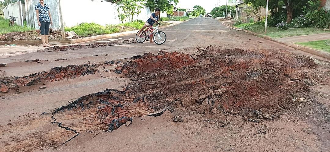 Asfalto afunda em trecho da Rua Luís Bertran após passagem de carreta