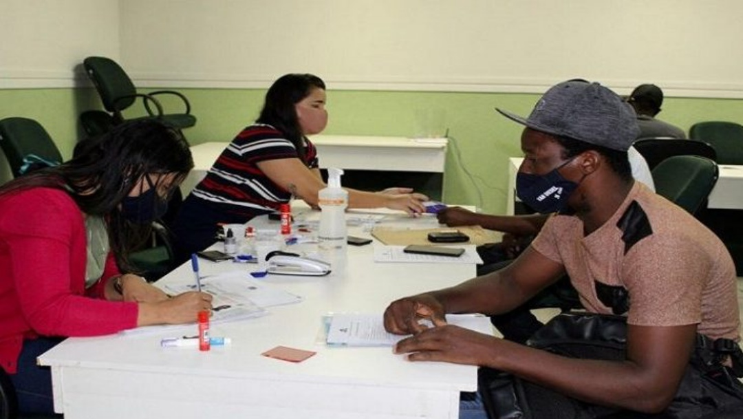 Tem rede de apoio a migrantes na busca por emprego
