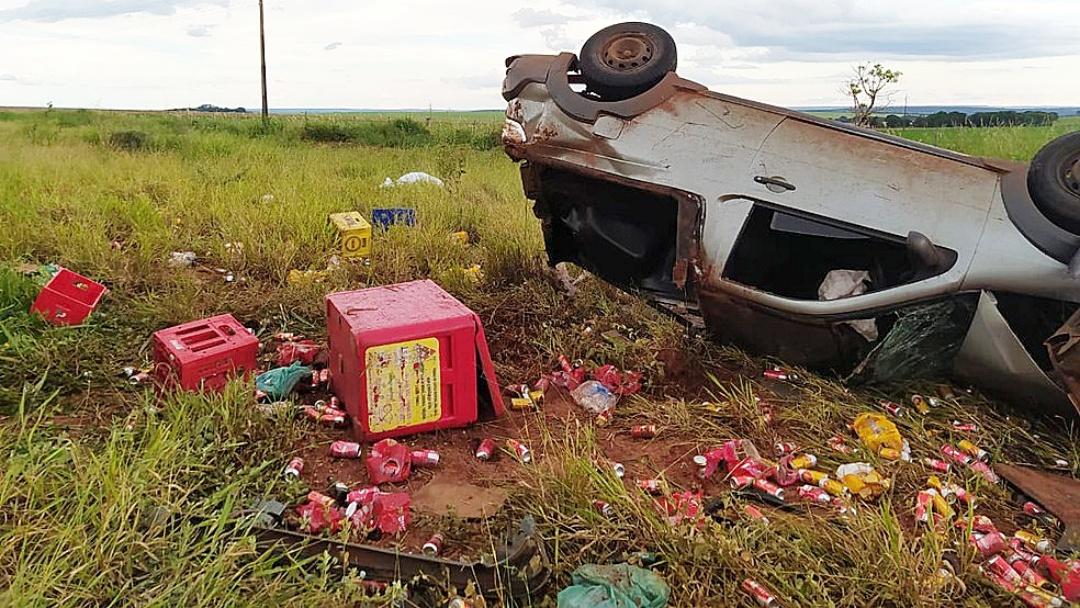 Adolescente de 15 anos morre após picape carregada de bebidas sair da pista e capotar em rodovia