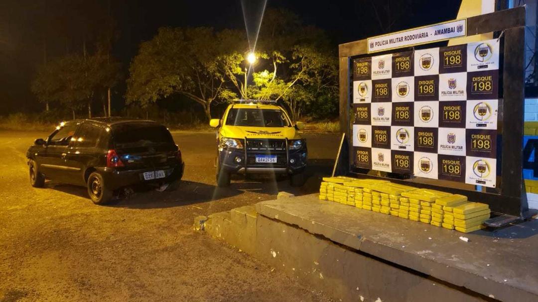 Durante perseguição, motorista abandona carro com 100 kg de drogas em rodovia