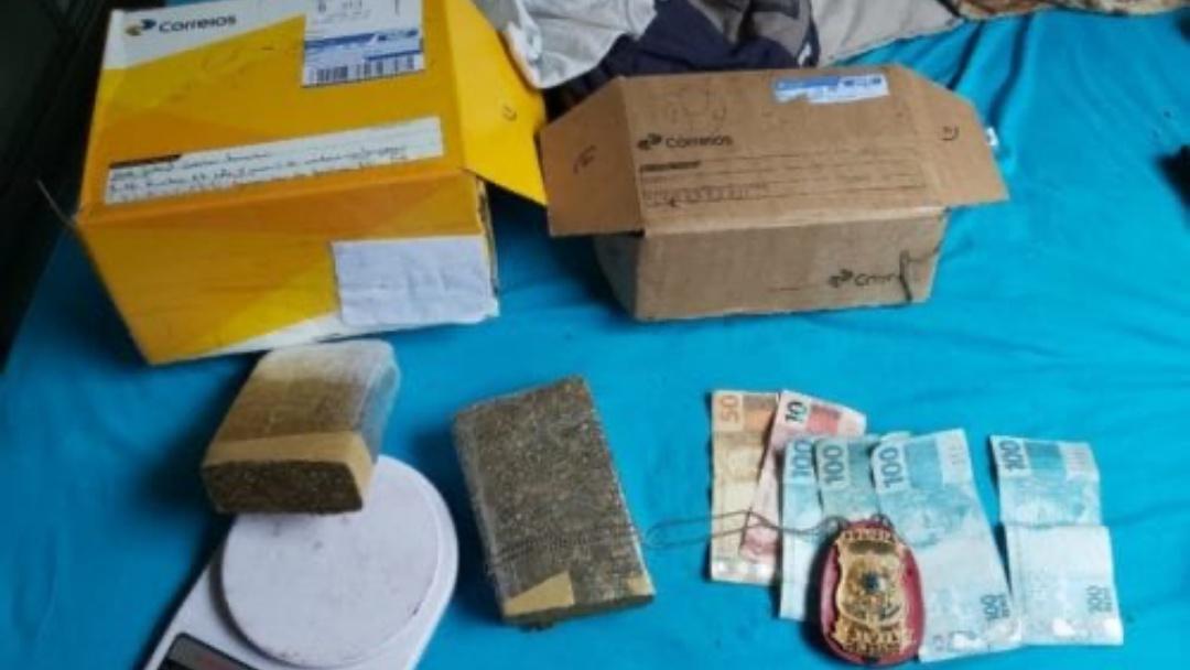 Traficante encomenda drogas e vai preso retirando pacote de maconha nos Correios