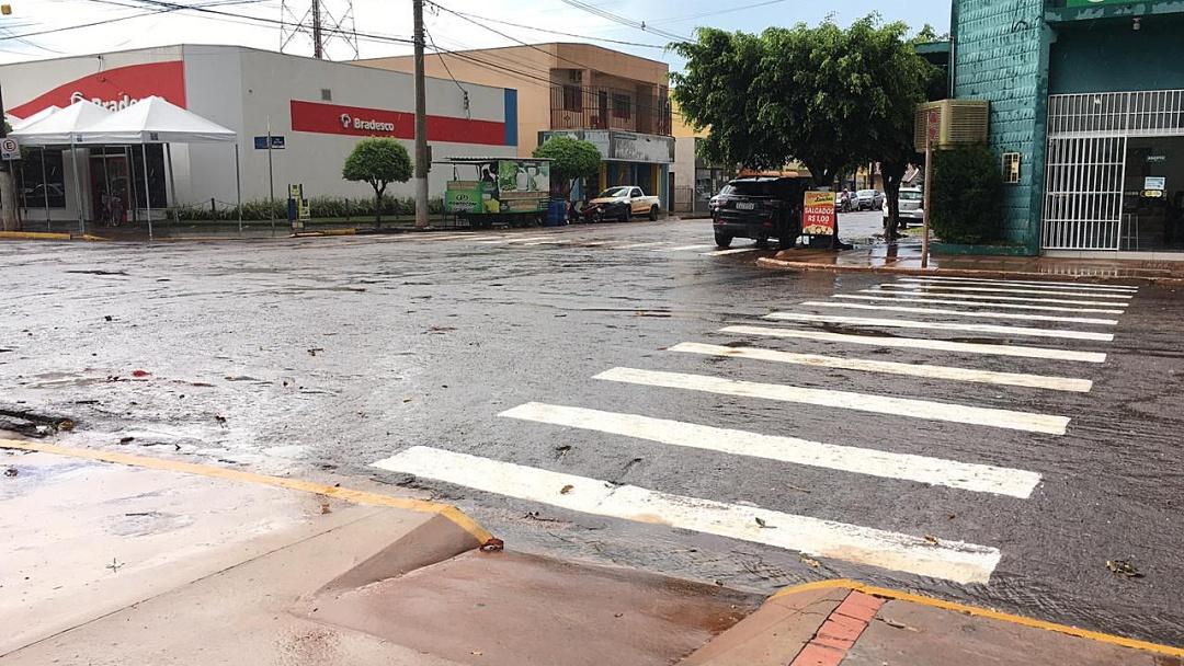 Faixas para pedestres estão sendo revitalizadas na Dorvalino dos Santos