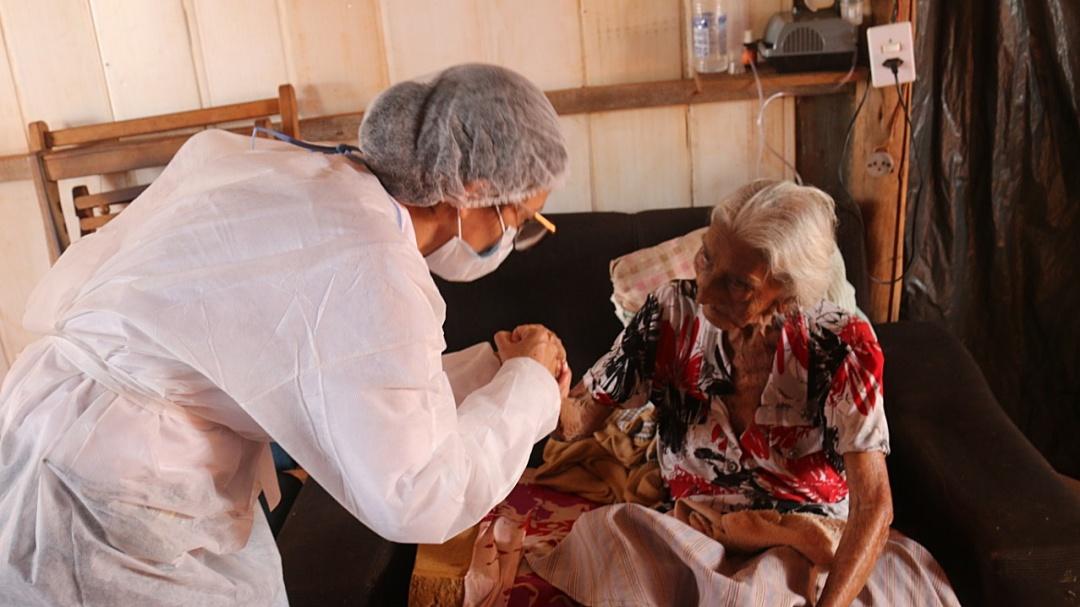 Equipe madruga, viaja 70 km para vacinar dona Conceição de 102 anos no Nazaré