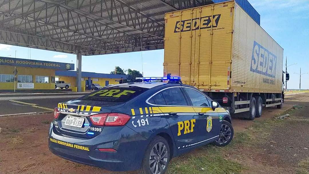 Polícia encontra carga milionária de contrabando em caminhão dos Correios