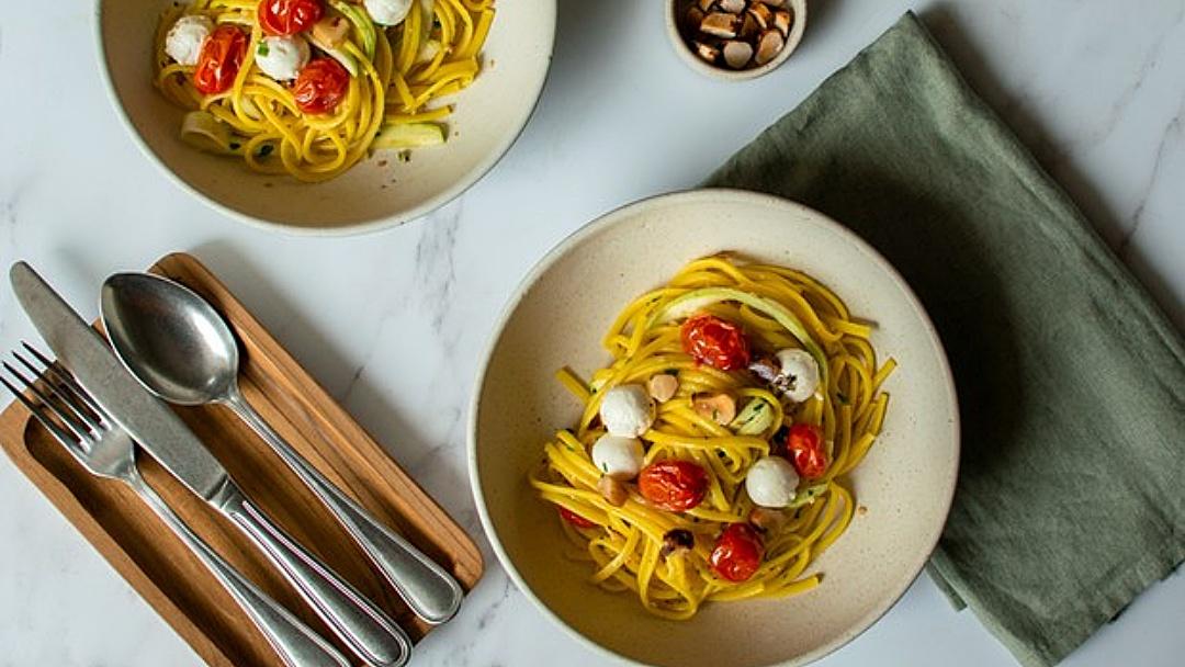 Espaguete tem sabor realçado com queijo de cabra e castanhas