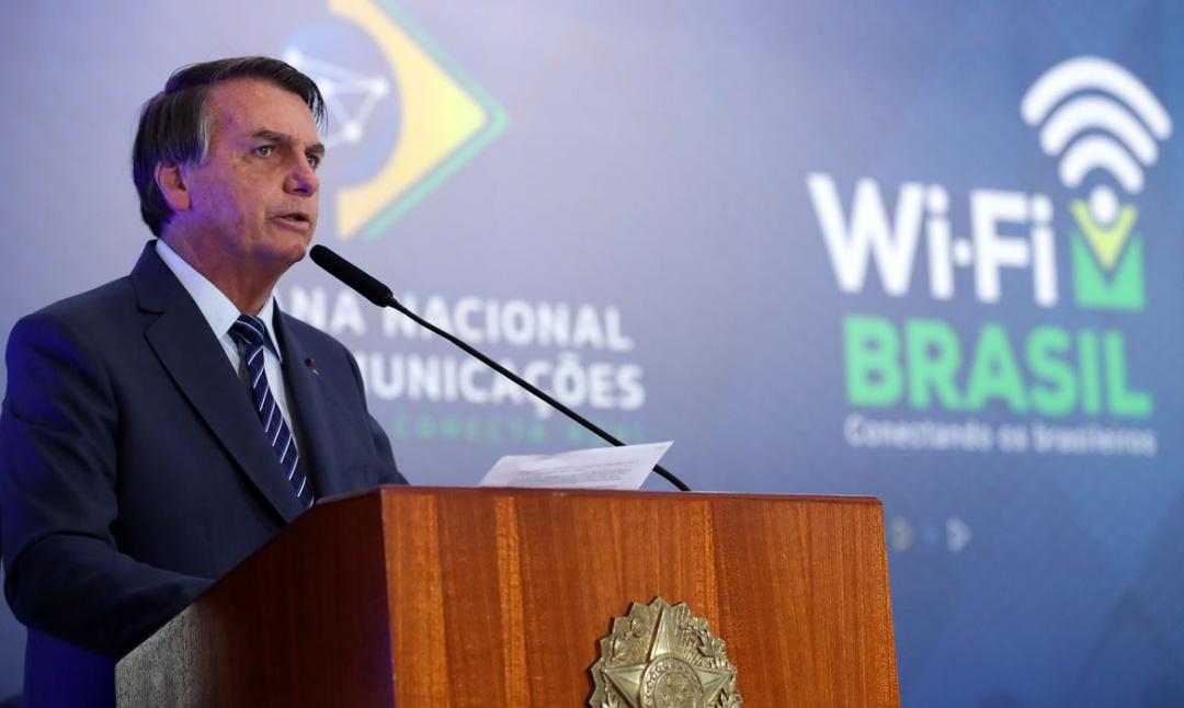 Bolsonaro defende liberdade e cogita decreto de livre circulação