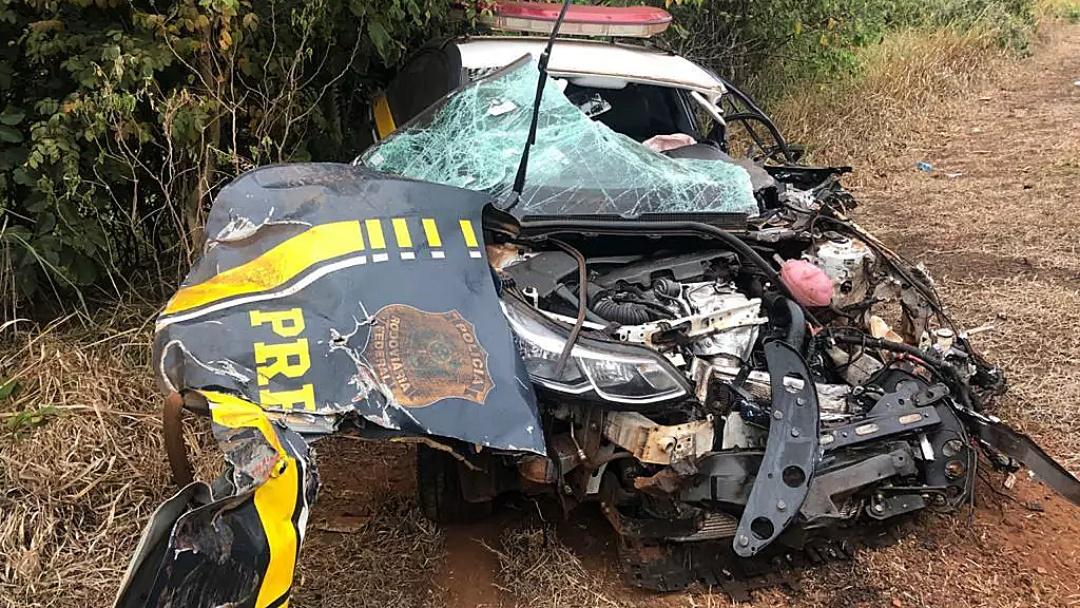 Policial é socorrido em estado grave após acidente que destruiu viatura da PRF