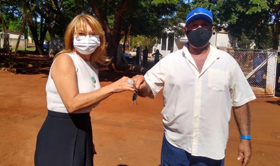 Prefeitura entrega motoniveladora para manutenção de ruas do Quebra Coco