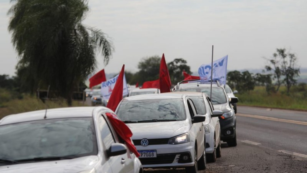 Na rodovia, manifestantes fazem protesto contra Bolsonaro durante agenda em MS