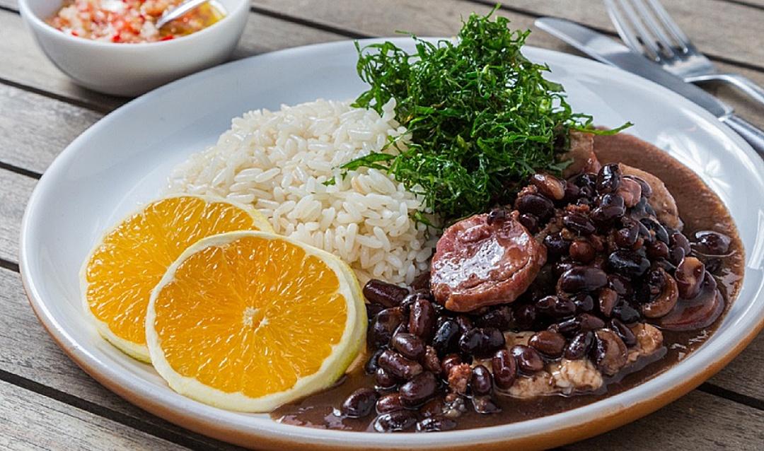 Qual comida é a cara de sábado? Brasetto Restaurante tem feijoada a R$ 29,90