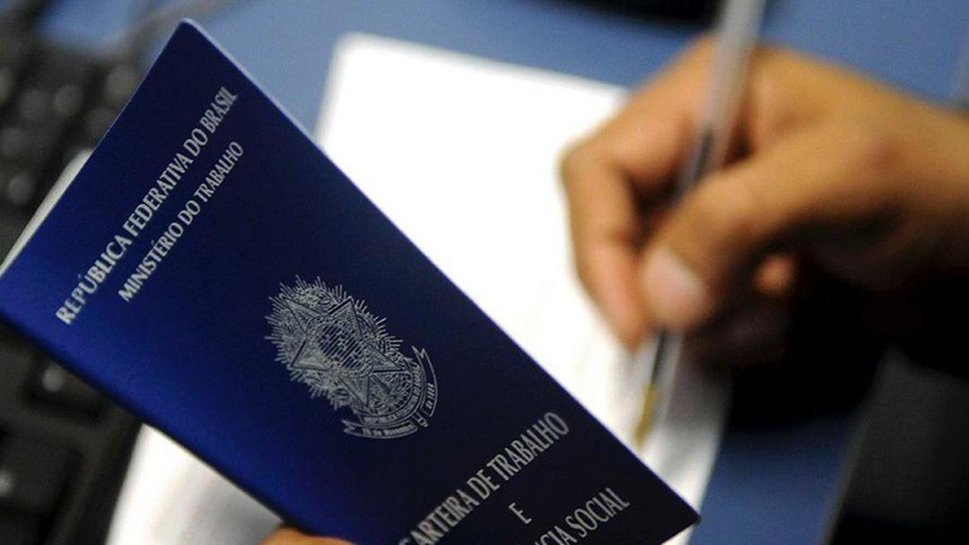 Abril: Brasil cria 120,9 mil empregos com carteira