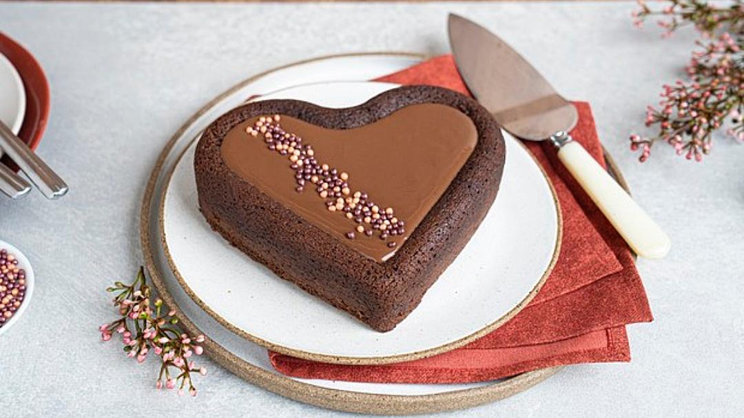Encante no Dia dos Namorados com o bolo coração de chocolate