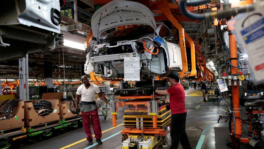 Indústria cai em nove dos 15 locais pesquisados em abril
