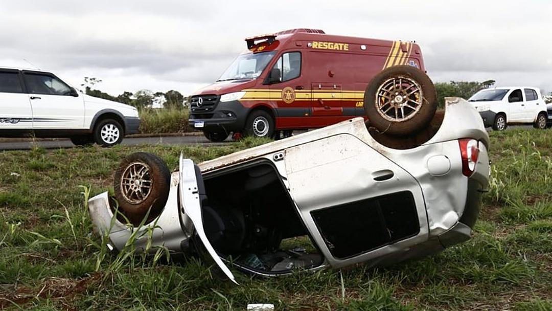 Motorista perde controle na curva e carro com duas professoras capota na MS-010