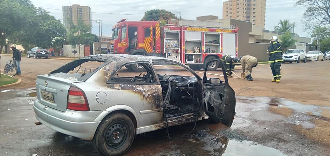Veículo fica destruído ao pegar fogo no meio da rua e assusta motorista