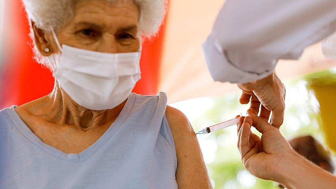 Pesquisa aponta que vacinação evitou morte de 43 mil idosos no país