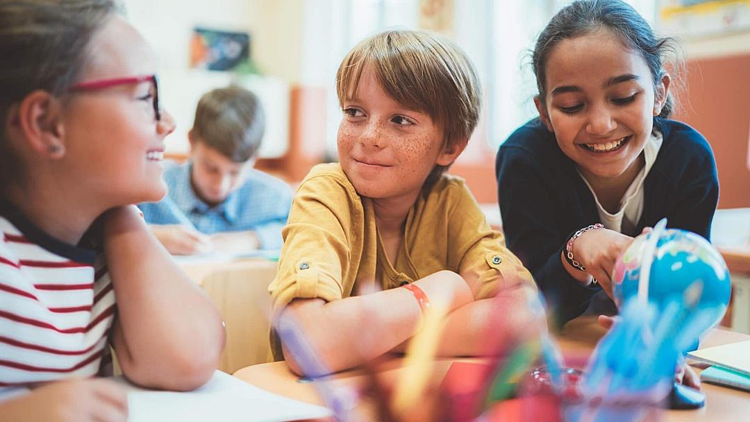 Inglês para tímidos: como o idioma ajuda na socialização das crianças?