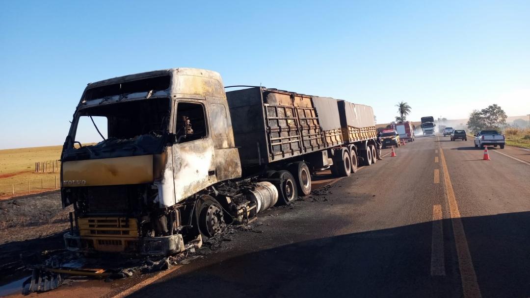Carreta bitrem pega fogo e incêndio é apagado por bombeiros na BR-060; veículo ficou destruído