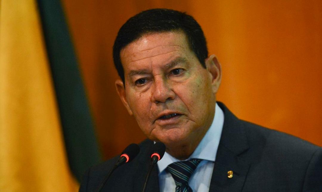 Parte do eleitorado pode ficar confusa com aproximação entre Bolsonaro e centrão, diz Mourão