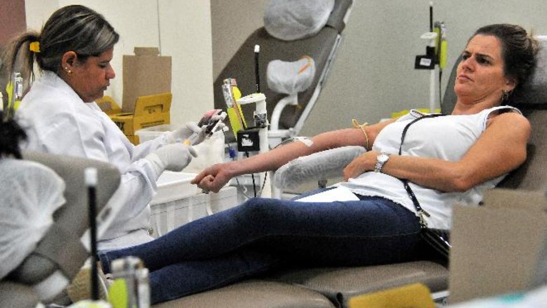 Pessoas que tomaram a vacina contra gripe devem aguardar 2 dias para doar sangue
