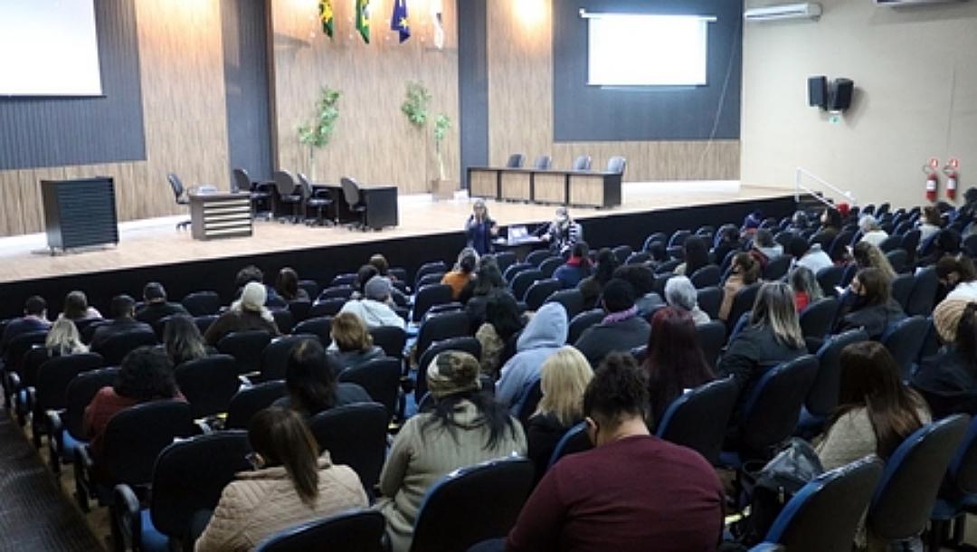 Na reta final, professores da rede municipal recebem palestra motivacional