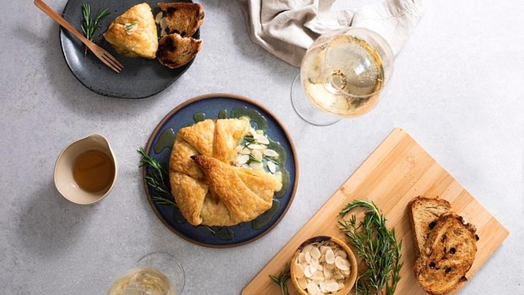 Receita de massa folhada recheada com queijo brie, mel e amêndoas