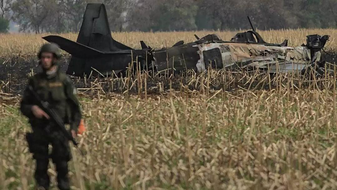 Aeronave ficou carbonizada e peças se espalharam por plantação de milho