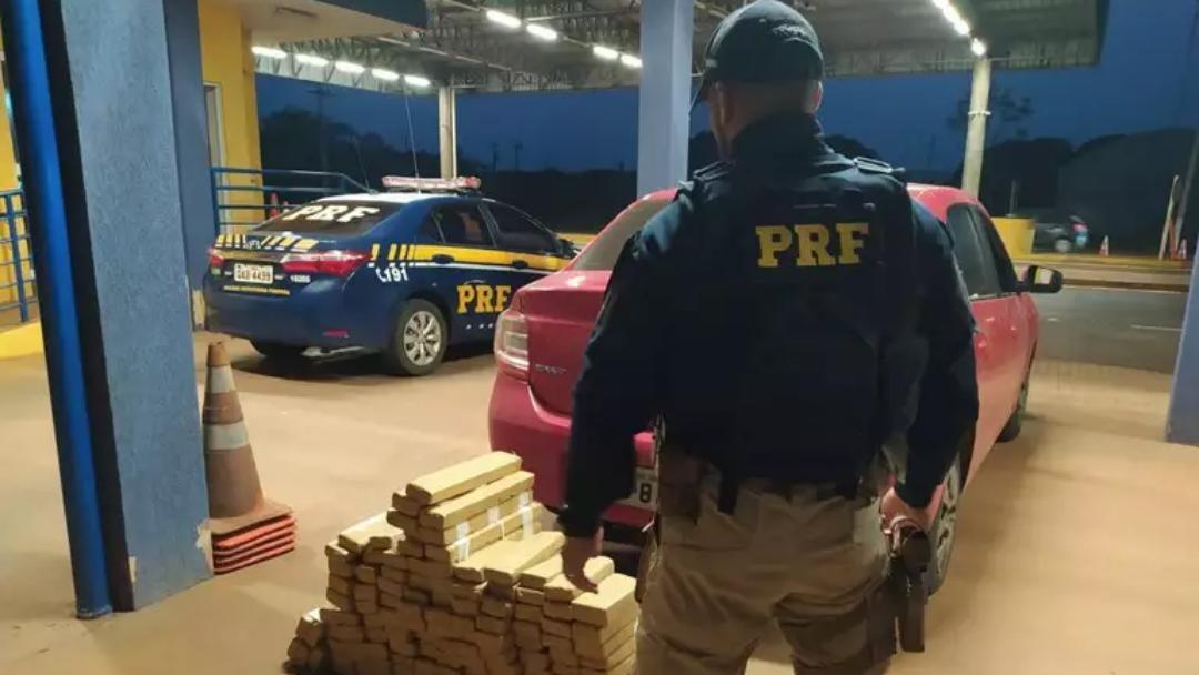 PRF apreende carro com porta-malas abarrotado de maconha na BR-060