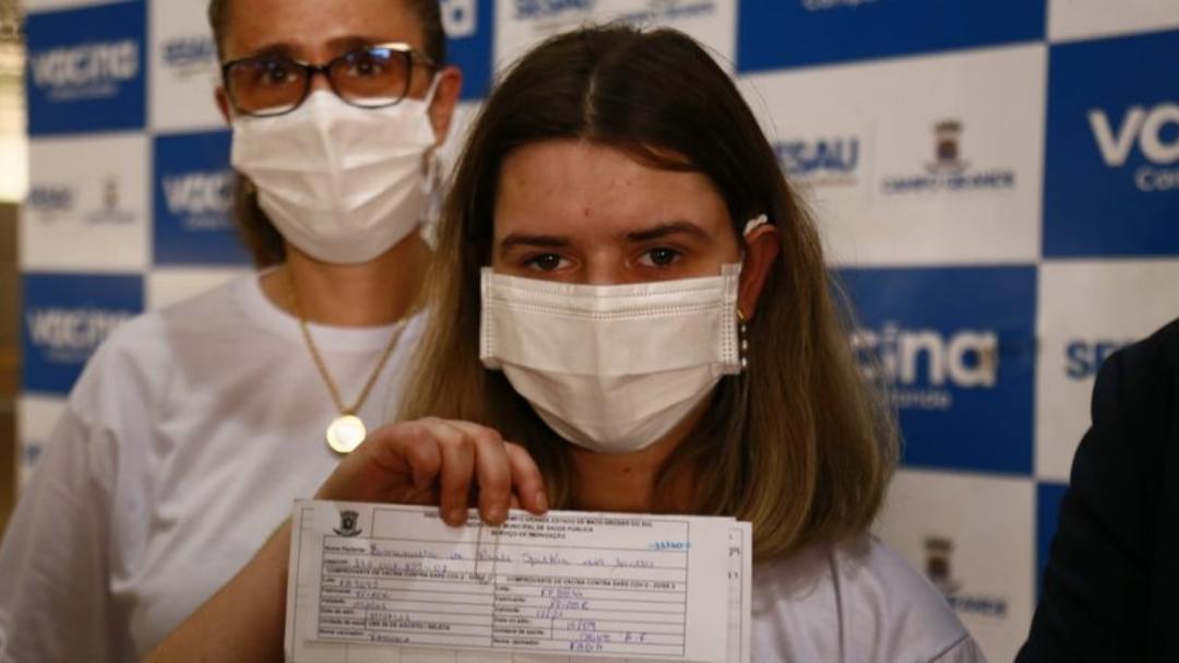 Adolescente viaja mil quilômetros para tomar 2ª dose da vacina contra Covid em Campo Grande