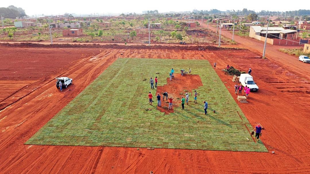 Prefeitura grama campo e começa estruturar área de lazer do Capão Seco