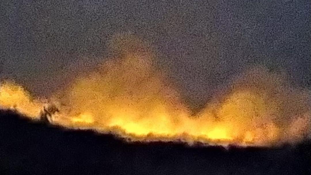 Incêndio que dura 2 dias atinge área próximo a assentamento e assusta moradores