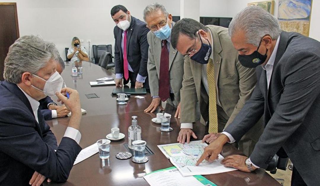 Reinaldo Azambuja discute avanços da rota bioceânica com embaixador do Paraguai